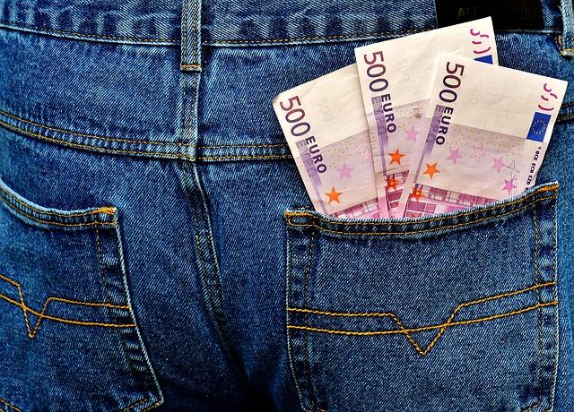papírové bankovky v kapse
