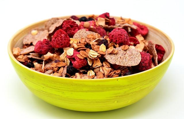 miska s cereáliemi a ovocem