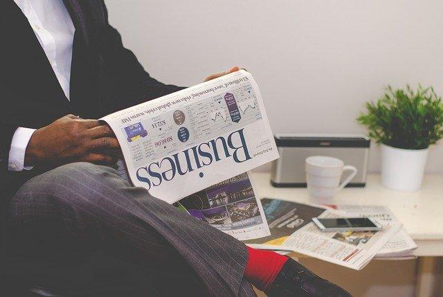 Muž čte obchodní noviny