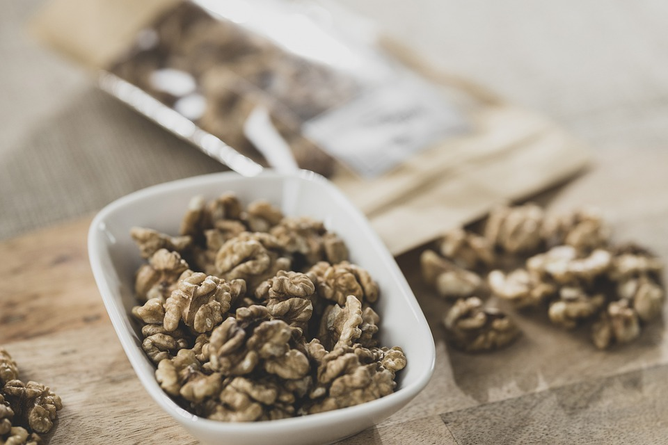 miska s ořechy